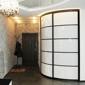 Радиусный шкаф с дверцами на металлическом каркасе