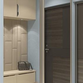 Зеркальные дверцы шкафа на металлических направляющих