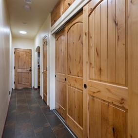 Деревянные дверцы встроенного шкафа для одежды