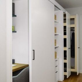 Белый шкаф с выдвижными секциями