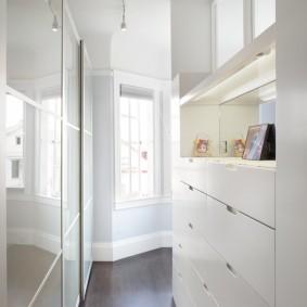 Белая мебель с глянцевыми поверхностями