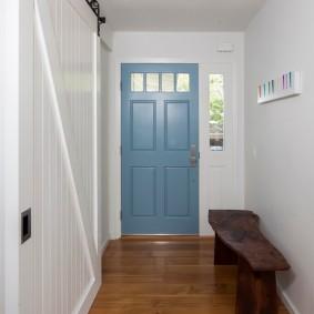 Стильная лавочка из массива дерева в коридоре