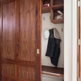 Встроенный шкаф с амбарной дверцой