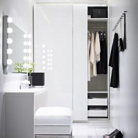 Двустворчатый шкаф-купе с белыми дверцами