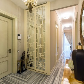 Декор зеркальных дверок купейного шкафа