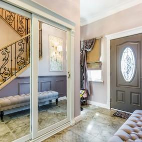 Небольшой холл частного дома с лестницей