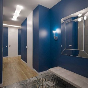 Синие стены в прихожей комнате