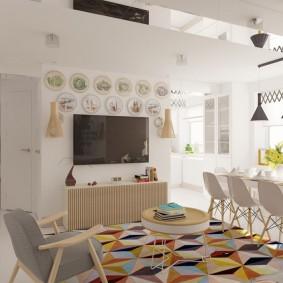 Ковер с геометрическим принтом на полу в квартире
