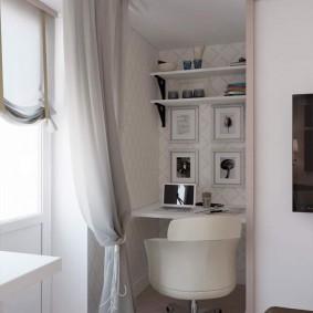 Небольшой столик в нише стены спального помещения