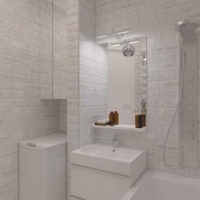 Белая сантехника в ванной четырехкомнатной квартиры