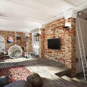 Деревянный пол в комнате с высоким потолком