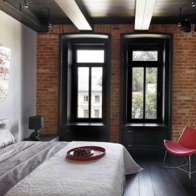 Узкие окна в спальной комнате