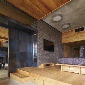 Деревянный подиум в квартире свободной планировки