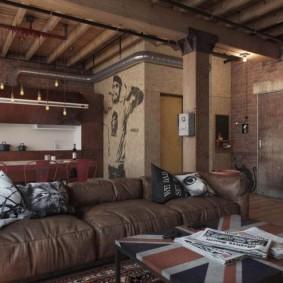 Стильный диван с кожаной обивкой