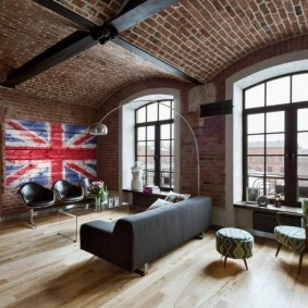 Кирпичный потолок в жилой комнате