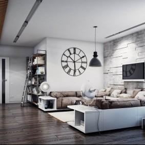 Огромные часы на белой стене