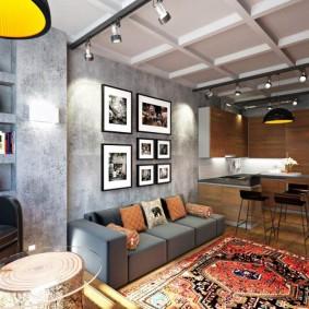 Пестрый ковер на полу перед диваном