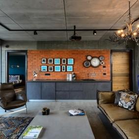Люстра на поверхности бетонного потолка