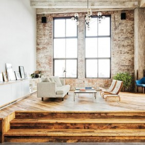 Зона отдыха в гостиной на деревянном подиуме