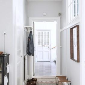Медный плафон на люстре в коридоре скандинавского стиля