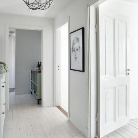 Белый коридор в городской квартире