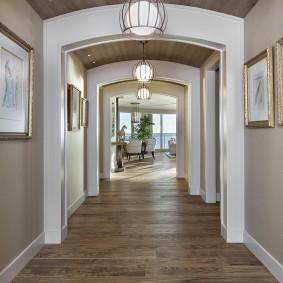 Длинный коридор в частном доме