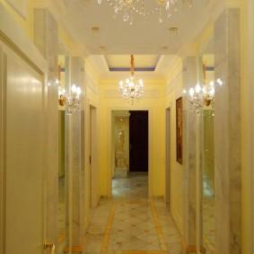 Многоуровневый потолок в коридоре трехкомнатной квартиры