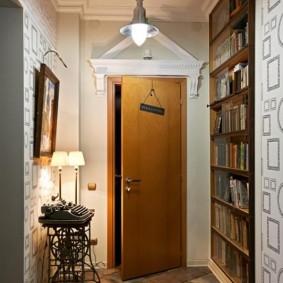 Встроенный шкаф для хранения книг в коридоре