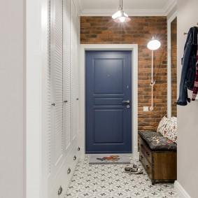 Синяя дверь в маленькой прихожей
