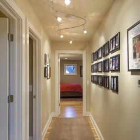 Коллекция фотографий на стене в коридоре