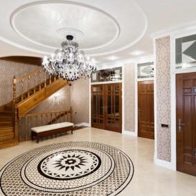 Деревянная лестница в холле двухэтажного дома