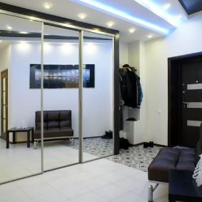 Большой шкаф-купе с зеркальными дверями