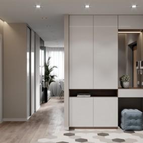 Встроенная мебель в просторной прихожей