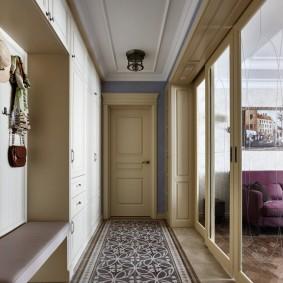 Узкий коридор с перегородкой из стекла