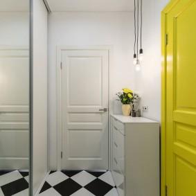 Желтая дверь из прихожей в жилую комнату