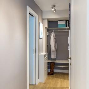 Светлые стены в коридоре квартиры