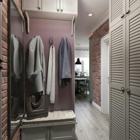 Антресоль с тремя дверками под потолком в коридоре