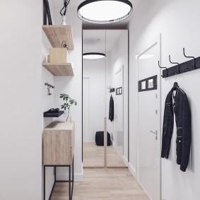 Зеркальный шкаф в стене прихожей