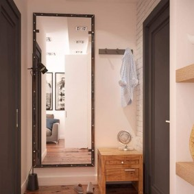 Прямоугольное зеркало около входной двери