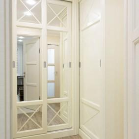 Зеркальные дверцы на шкафу в прихожей