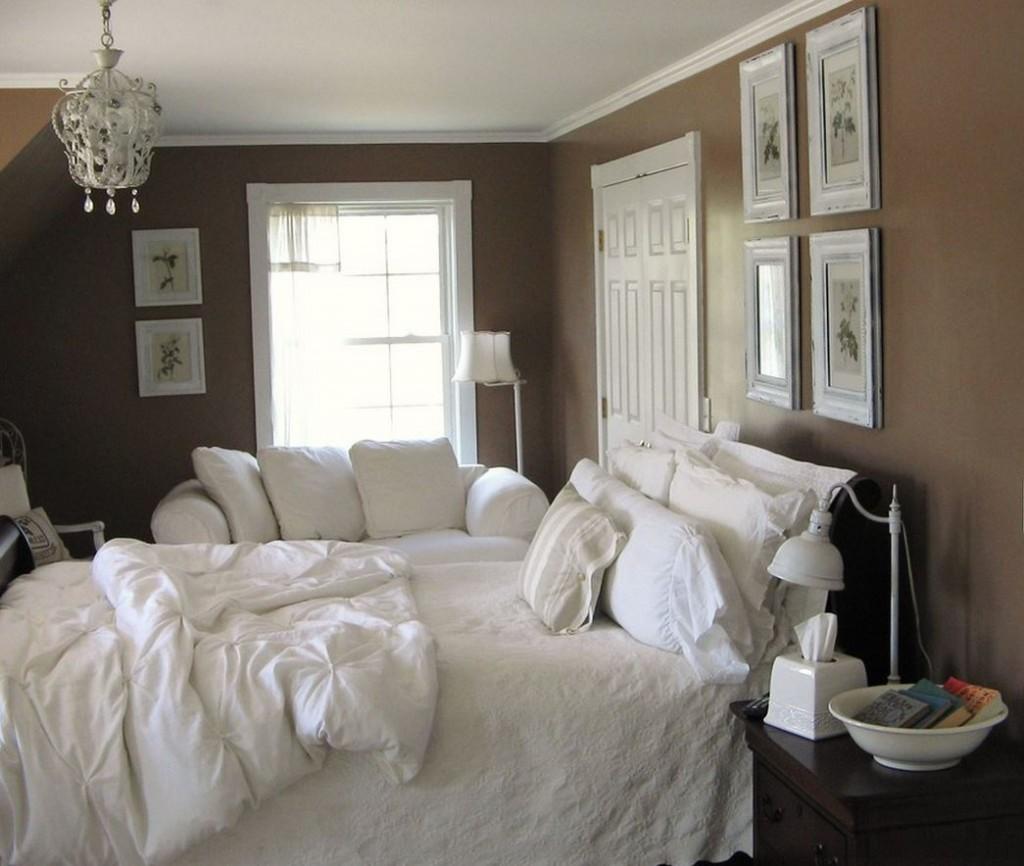 Светлые фото на коричневой стене спальни