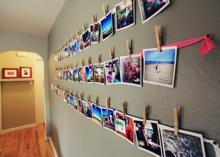 Фото на прищепках в коридоре частного дома