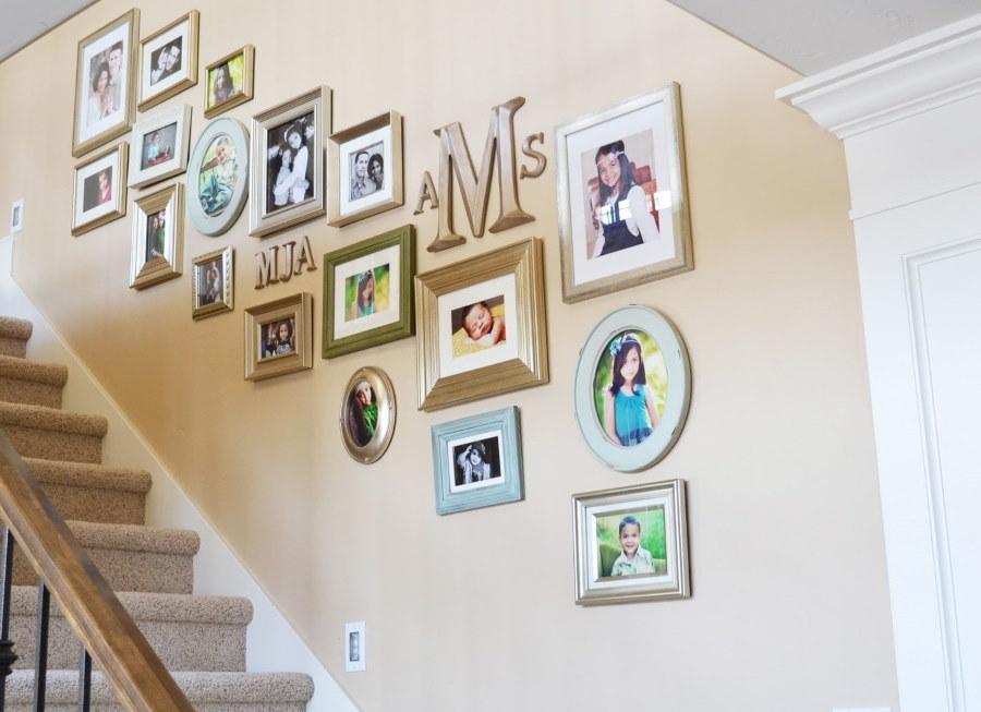 Семейная фотогалерея вдоль лестницы в частном доме