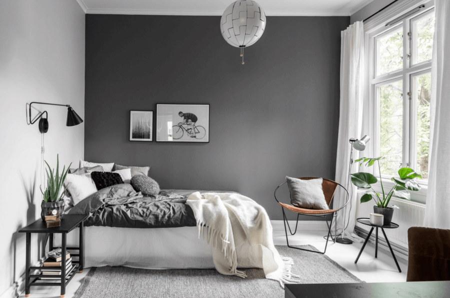 Светлые фото на серой стене спальни