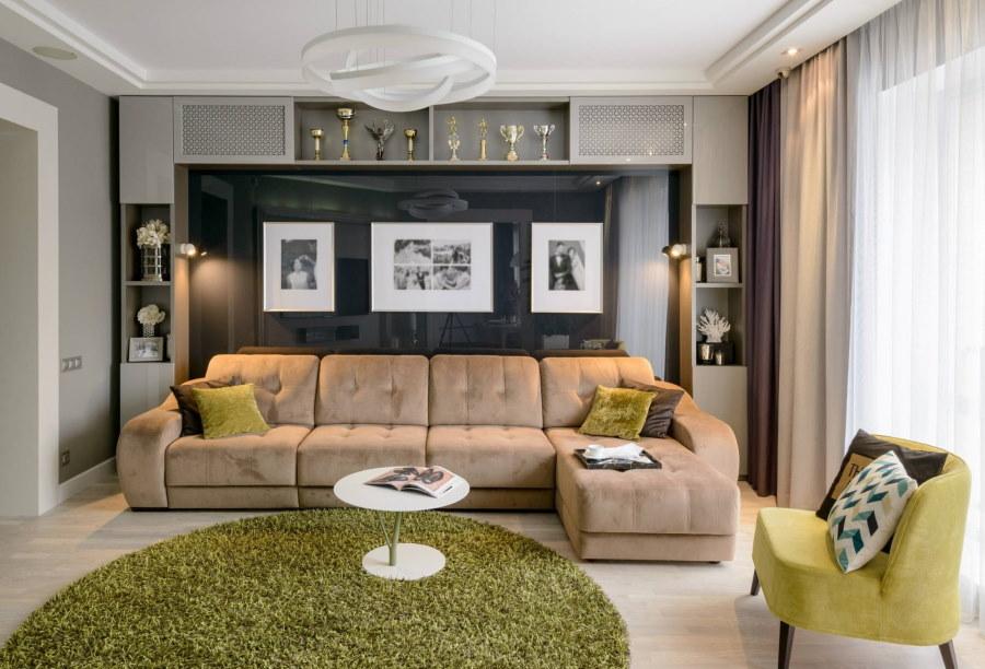Фотографии над угловым диваном в зале