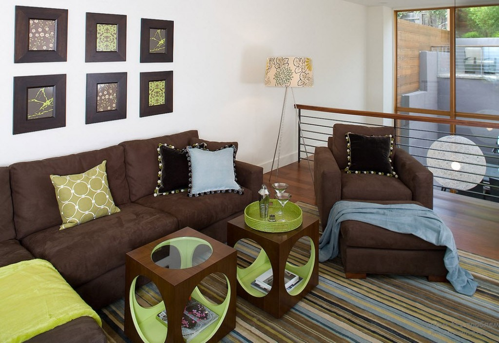 Декор стены над коричневым диваном фотографиями