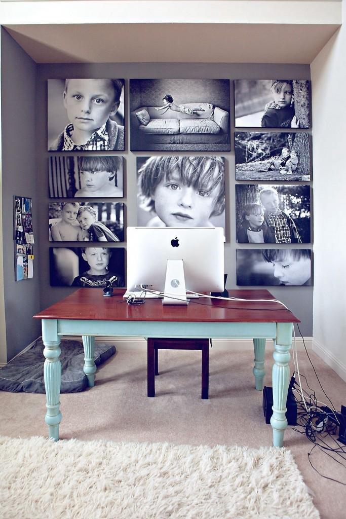 Наклеенные на стене монохромные фотографии