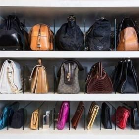 Полки в шкафу-купе для сумок и косметичек