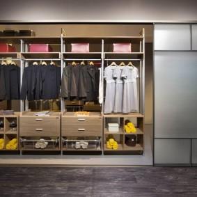 Встроенный шкаф-купе для одежды в прихожей