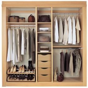Вариант наполнения встроенного шкафа в прихожей